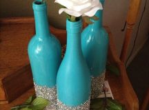 All you need are wine bottles, spray paint and glitter ...