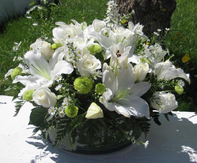 First Communion White Flower Centerpiece  Dekoracja Komunija na slol  biale kwiaty  Dekoracje