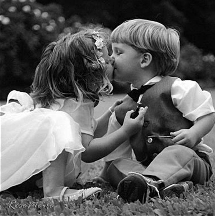O beijo é flor no canteiro ou desejo na boca? Tanto beijo nascendo e colhido na calma do jardim nenhum beijo beijado (como beijar o beijo?) na boca das meninas e é lá que eles estão suspensos invisíveis.  (Carlos Drummond de Andrade)