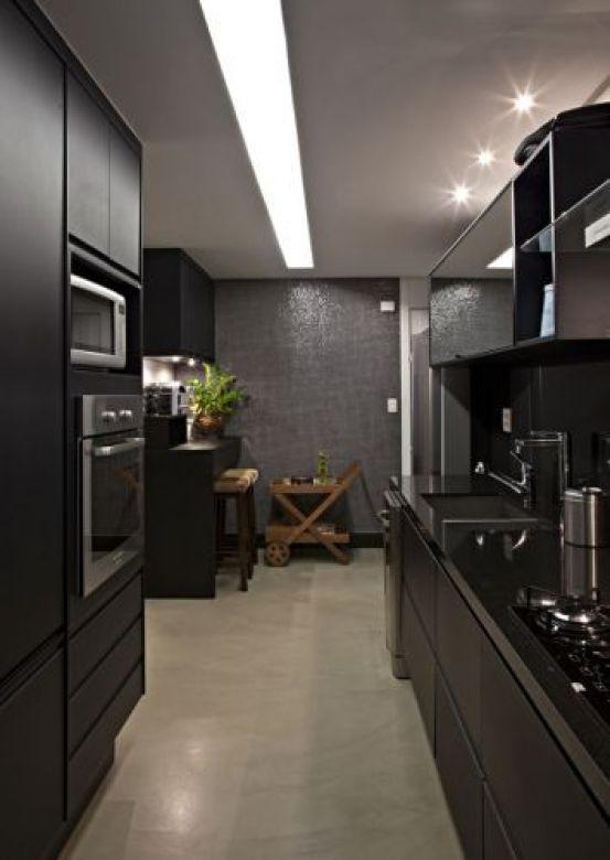 A iluminação geral da cozinha foi resolvida com longo rasgo no forro de gesso, onde foram embutidas lâmpadas fluorescentes; a bancada é de granito preto absoluto fornecido pela Mont Blanc. A cuba de inox é da Mekal e, a torneira, da Deca: