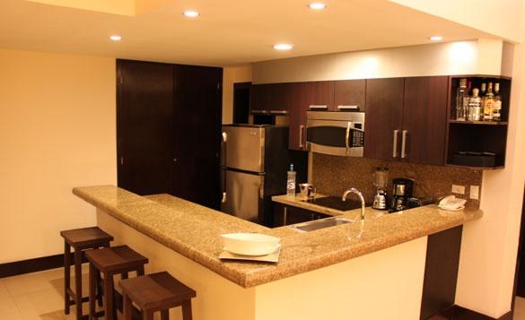 moderna y amplia cocina con barra desayunadora  aldeathai