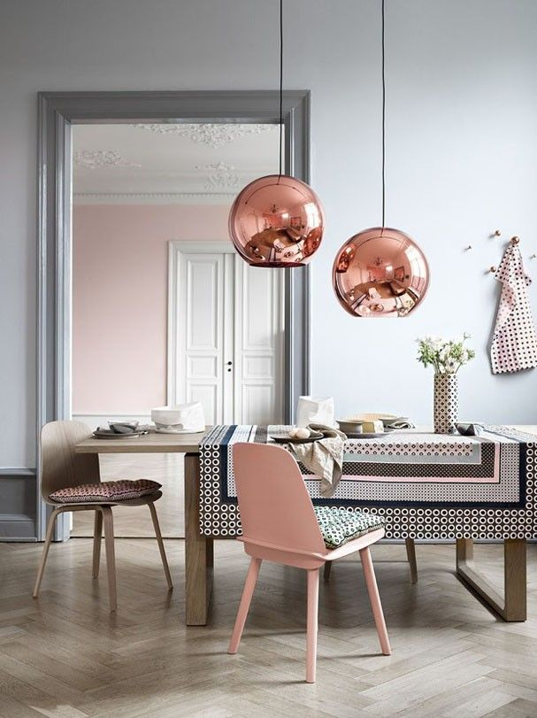 Uma boa alternativa para acender o Rose Quartz é combiná-lo com o cobre, como acontece na sala de jantar com luminárias de Tom Dixon: