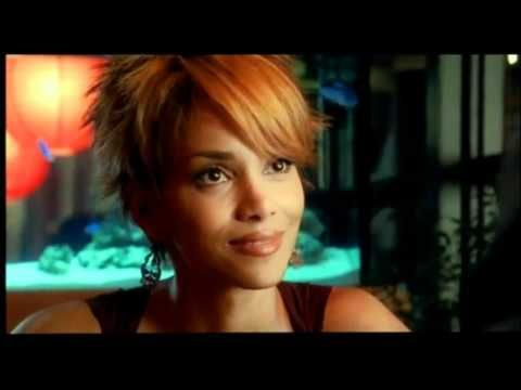 Halle Berry In Catwoman S Haircut Halle Hair Trend 2017