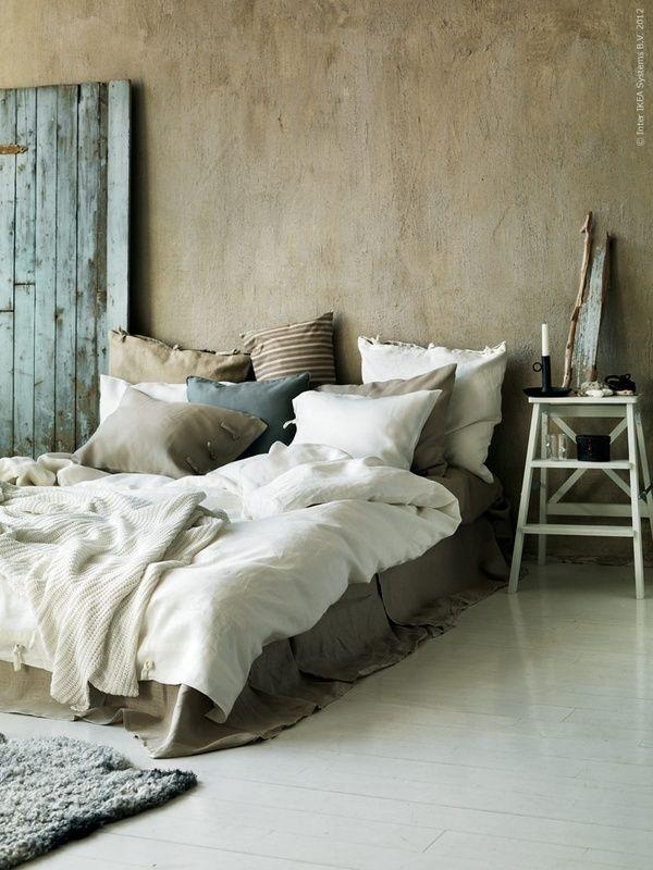 ce lit est si accueillant avec tous ces coussins moelleux et comme j ai besoin de repos apres mon chantier peinture de cette semaine je suis tres inspiree