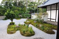 The moss and gravel garden at Rozan-ji is planted with ...
