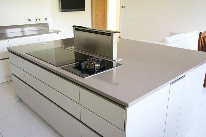Handleless kitchen island with pop up extractor fan