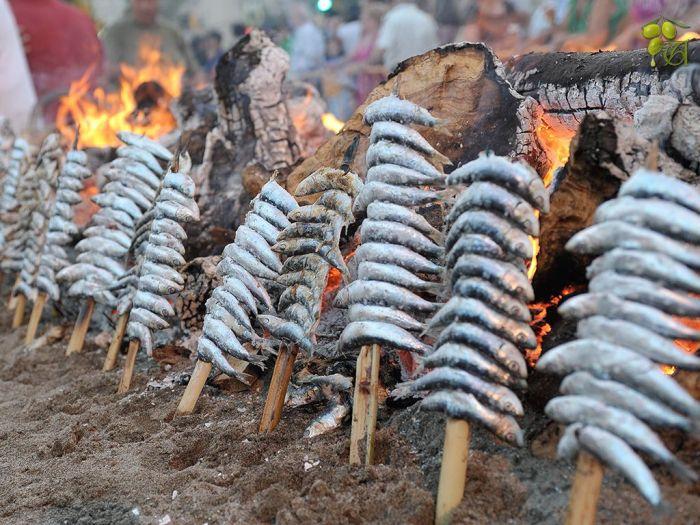 Esperos de sardinas junto al fuego en Málaga