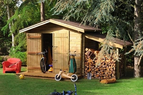 Un Cabanon de jardin avec son appentis pour ranger le bois de chauffe Classique un charme
