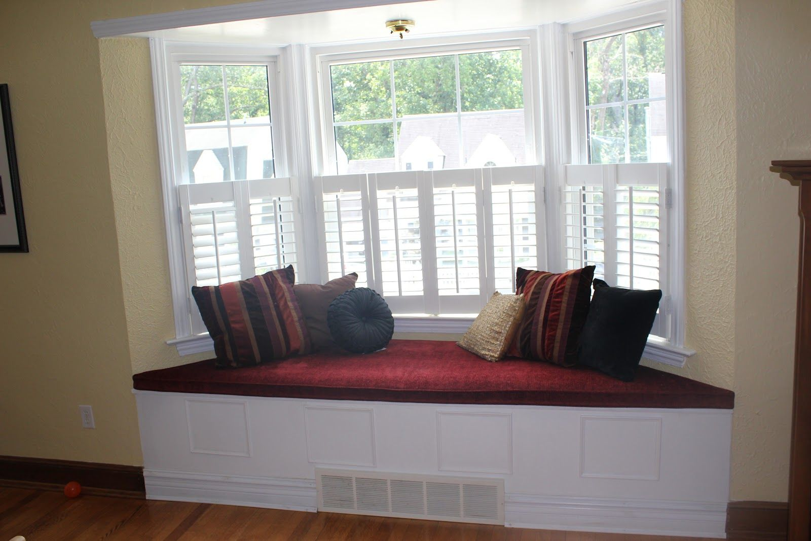 Portrait Of Bay Window Couch – Perfect Angle To Indulge Your Eyes