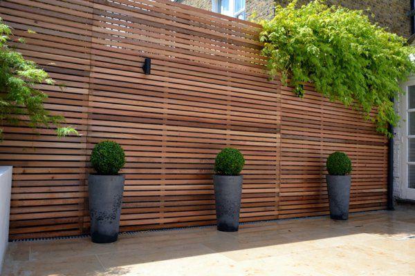 Holzzaun Oder Sichtschutz Aus Holz Im Garten Dekorativ