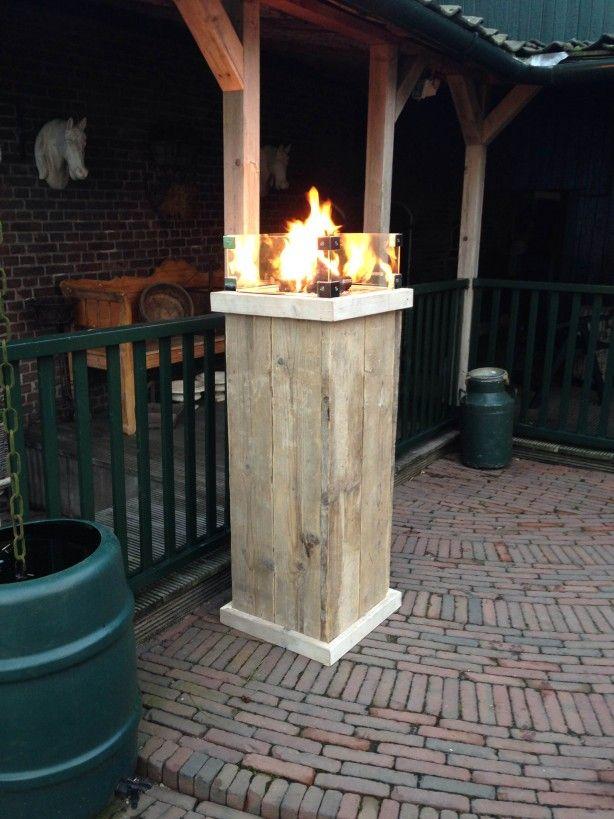 Een vuurtafel op gas in de vorm van een vuurzuil