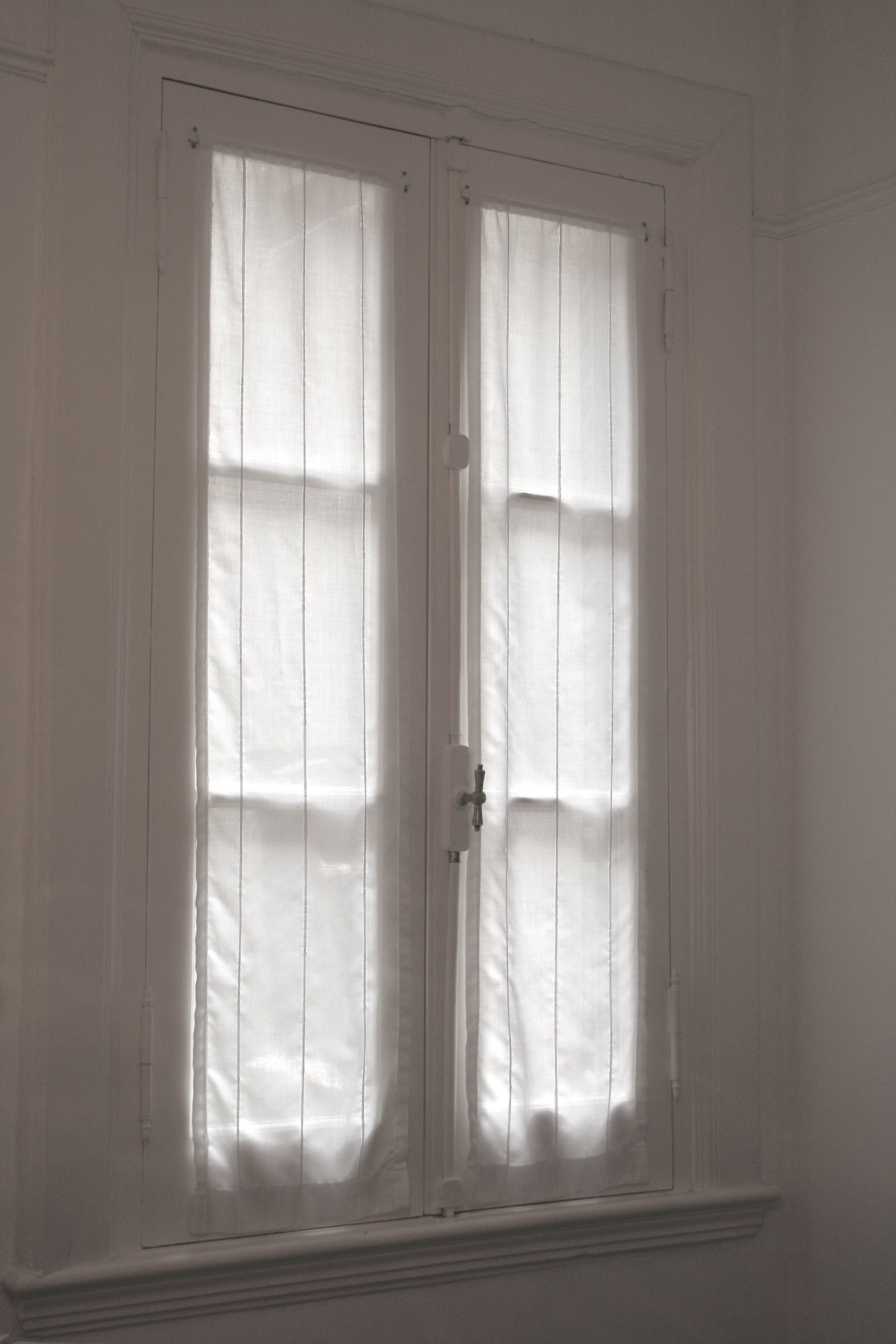 Visillos de gasa con fantasia para ventana antigua de