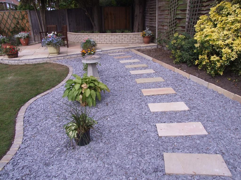An English Garden Is Cozy With A Gravel Road Look Paving Stones