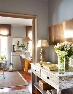 Dos bandejas gemelas no solo decoran la consola del recibidor sino que son un living spacesliving roomapartment livingideas paragood also rh pinterest