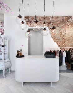 Clothing store interior home challenge murs de briques also bricks boutique and walls rh pinterest