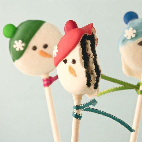 Christmas dessert idea – Oreo Snowman Pops tutorial {click link for full tutorial}.