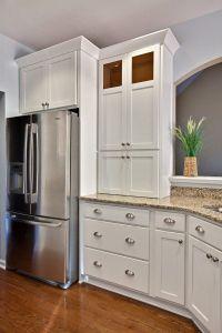 white shaker cabinets silver hardware Santa Cecilia