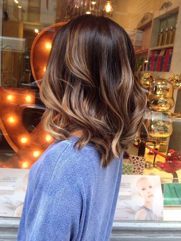Frisuren Frauen Blaue Bluse Mittellange Braune Haare Mit Blonden