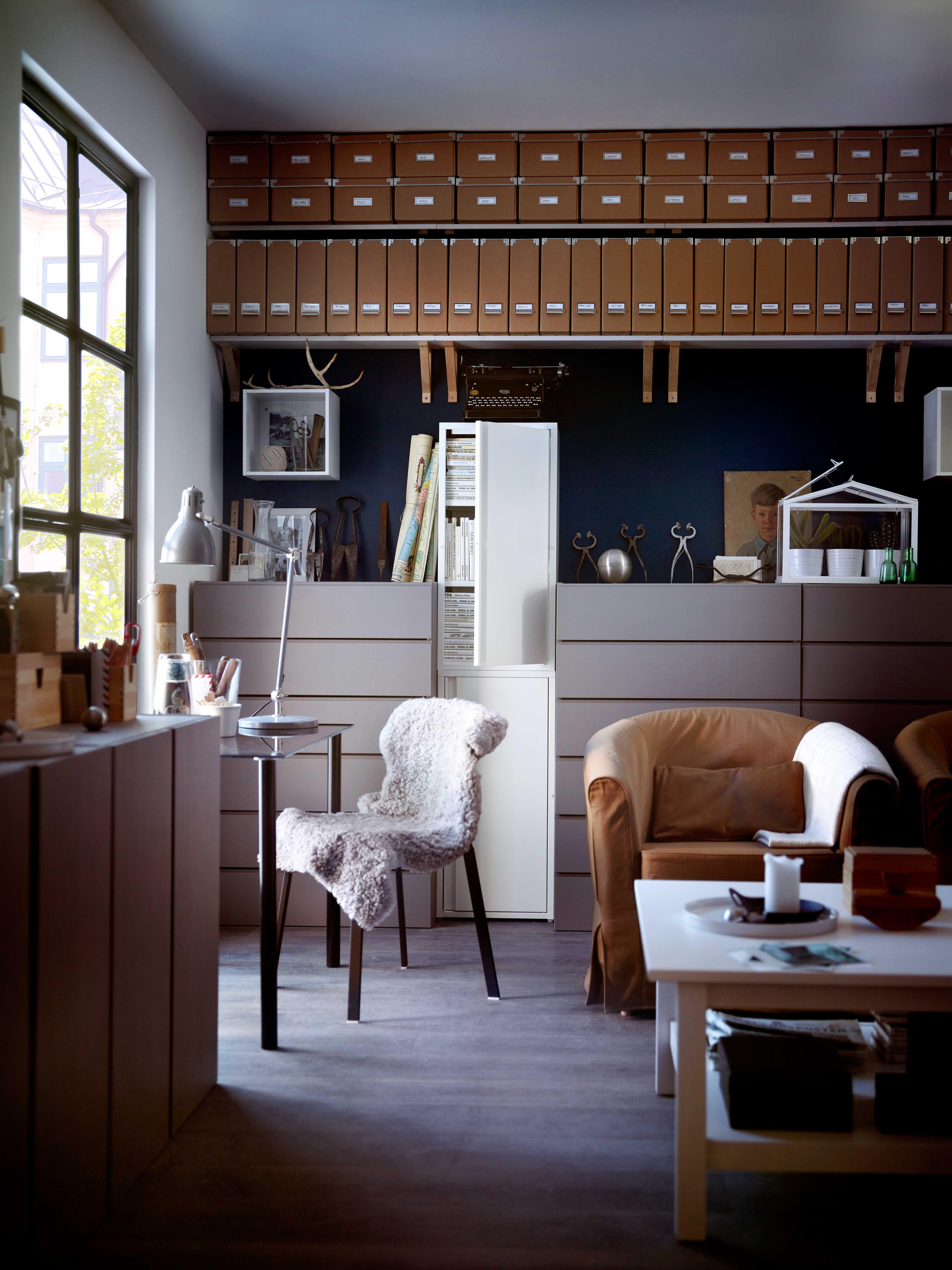 IKEA sterreich Inspiration Wohnzimmer braun Sitzecke Schrank JOSEF Leuchte ARDRegal