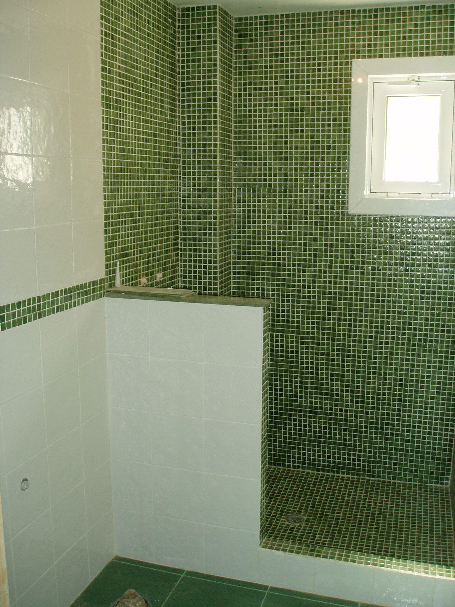 Bao gresite verde en combinacin con azulejo blanco