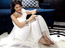 Selena-gomez-feet-size 7 Barefoot. Selena Gomez