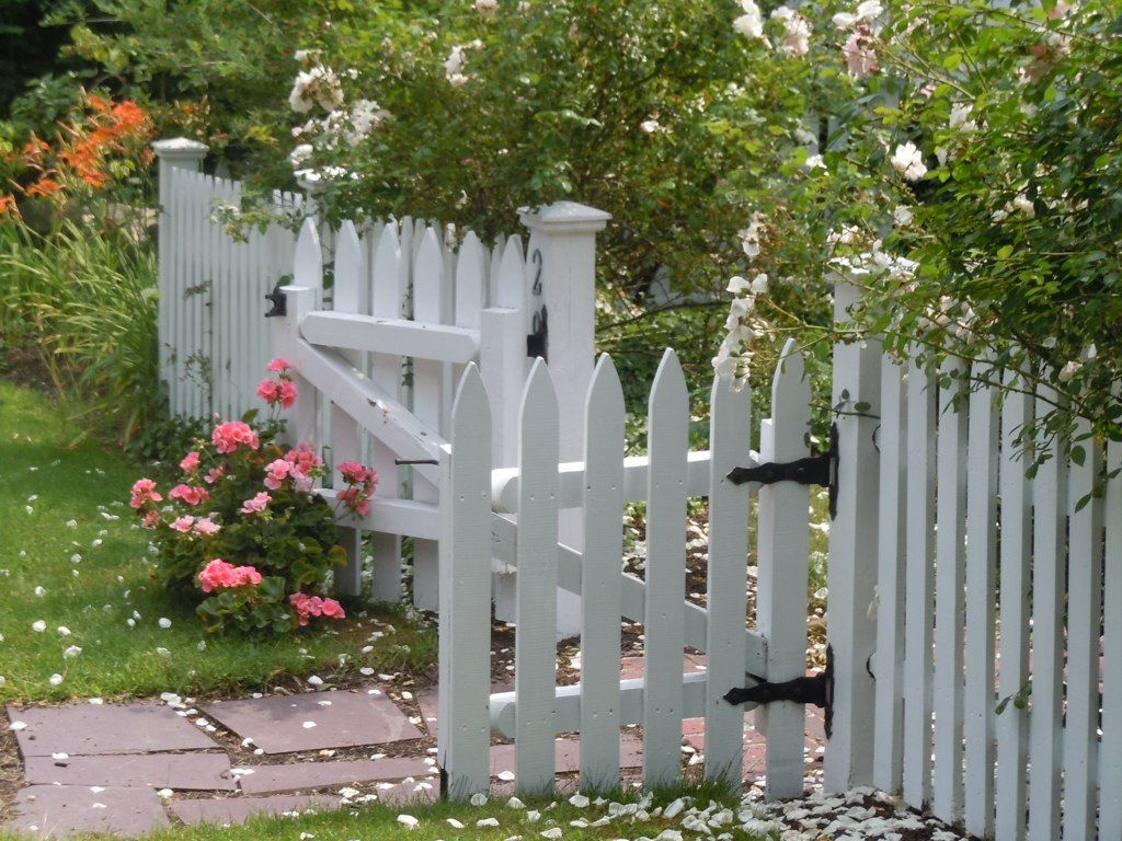Picket Cottage Garden Pretty Picket Fence Welcomes You Into The