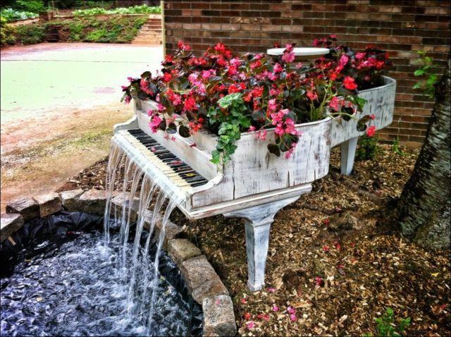 Vin E Deko Ein Altes Klavier Als Blumenkasten Und Wasserspiel
