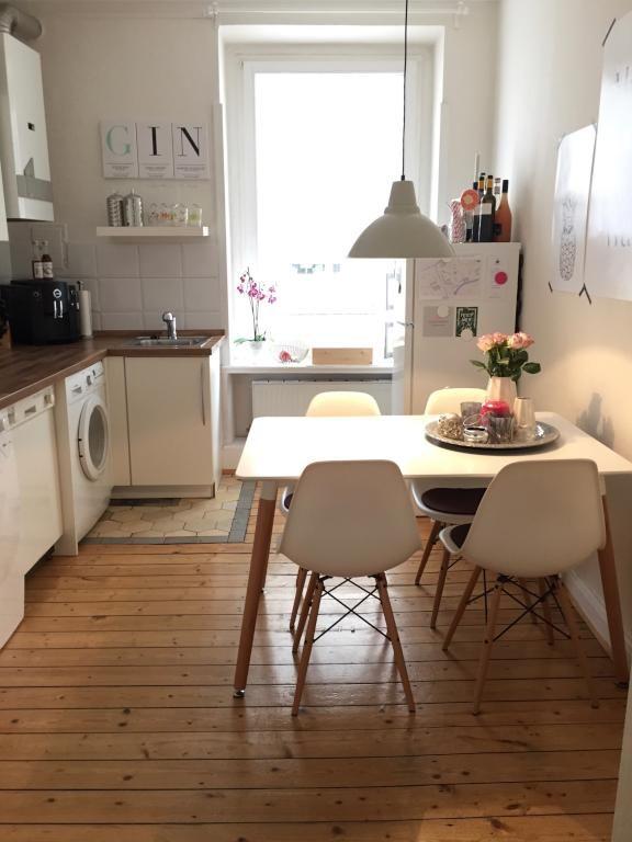 Schlichte Kche in wei mit integriertem Essbereich in einer Hamburger Altbauwohnung Hamburg