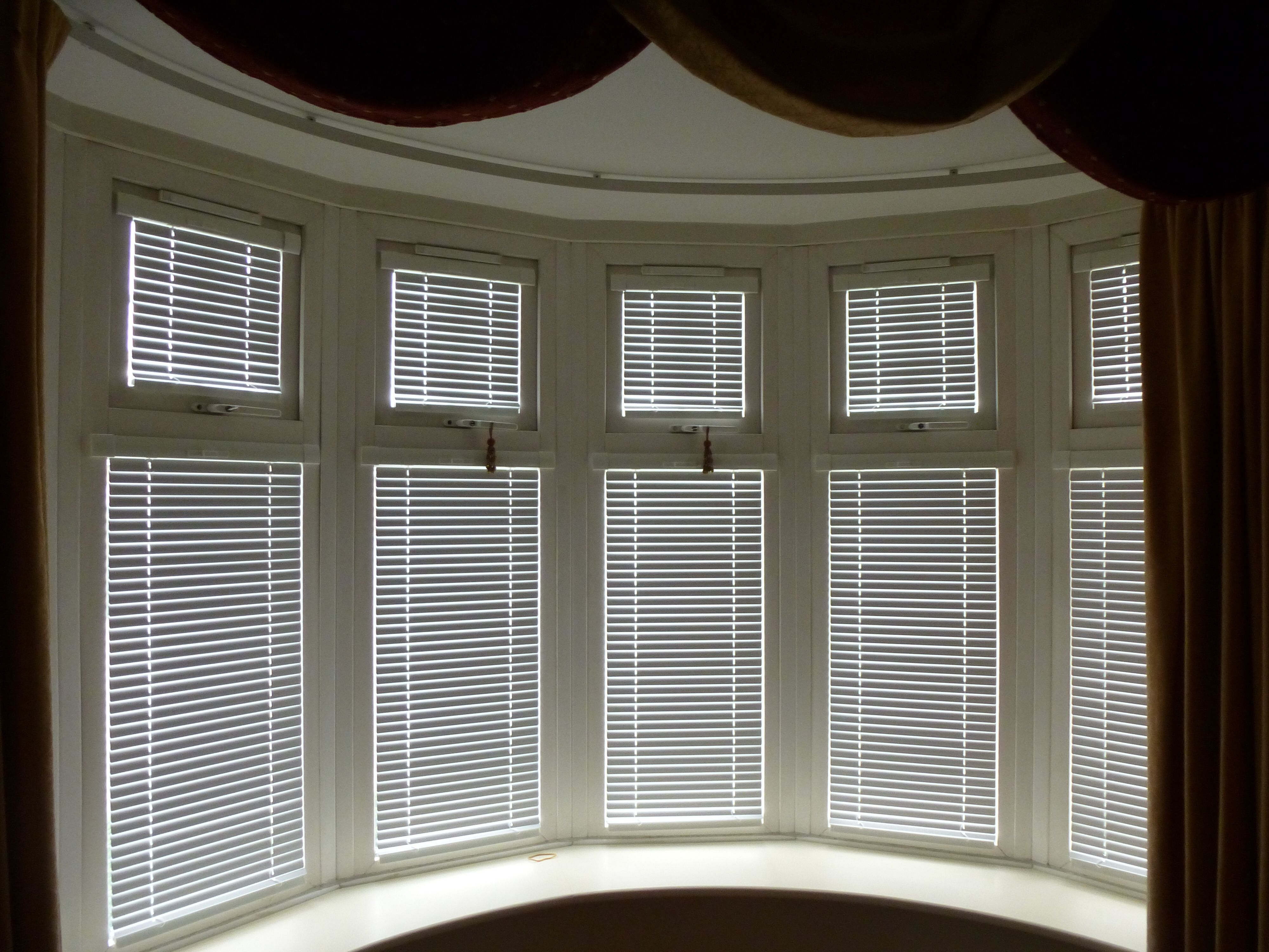 Intu Venetian blinds working with this band bay window