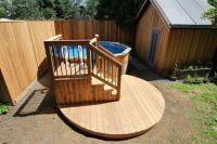 Deck de piscine hors terre avec une petite terrasse ...