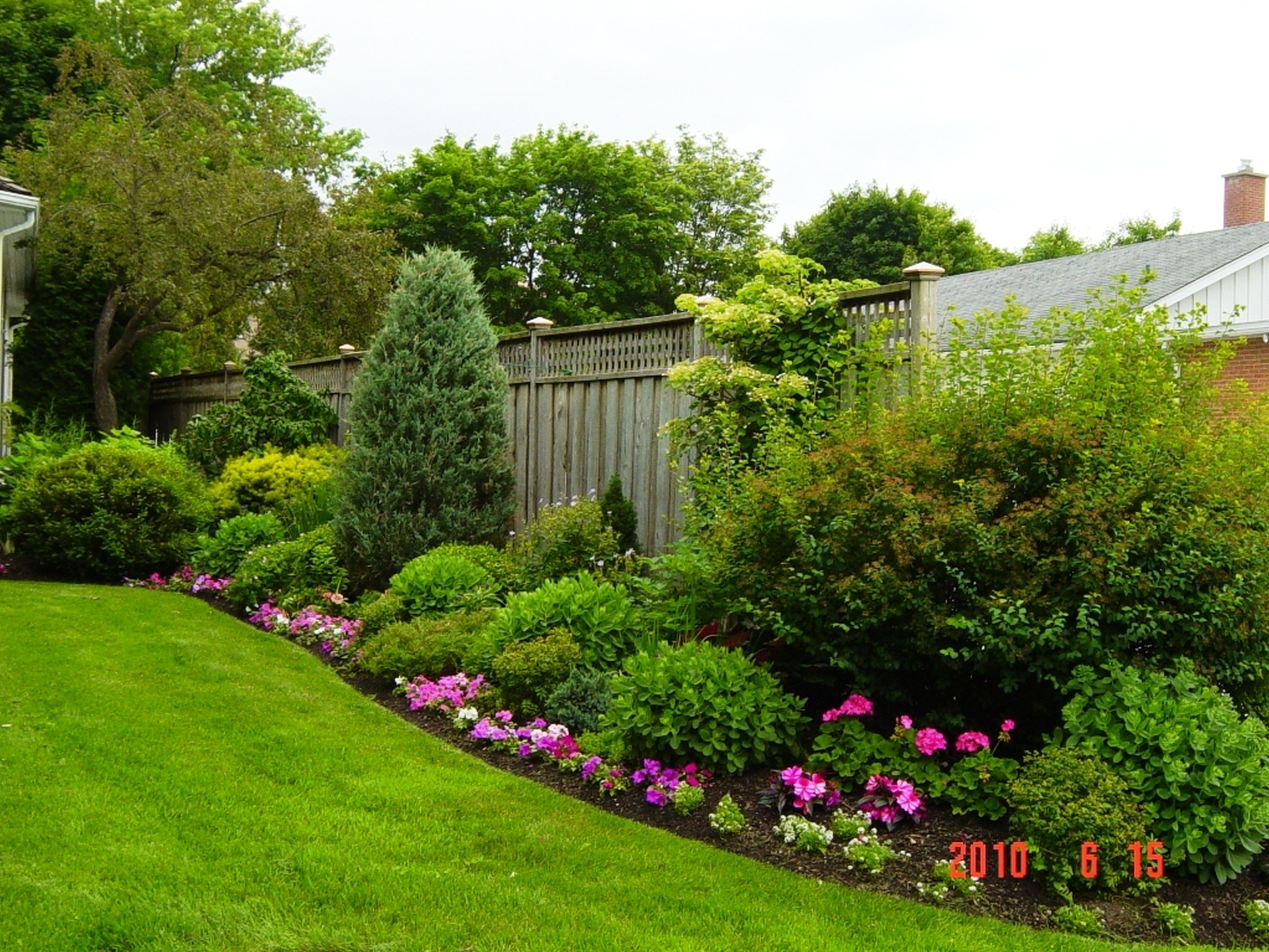 Fencing With Floral Borders Outdoor Flower Ideas Backyard Garden