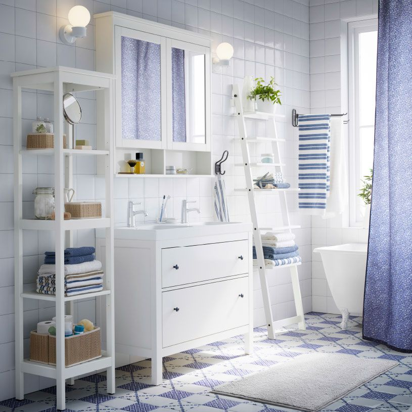 Ein weies Badezimmer mit HEMNES Waschbeckenschrank mit 2 Schubladen HEMNES Spiegelschrank mit