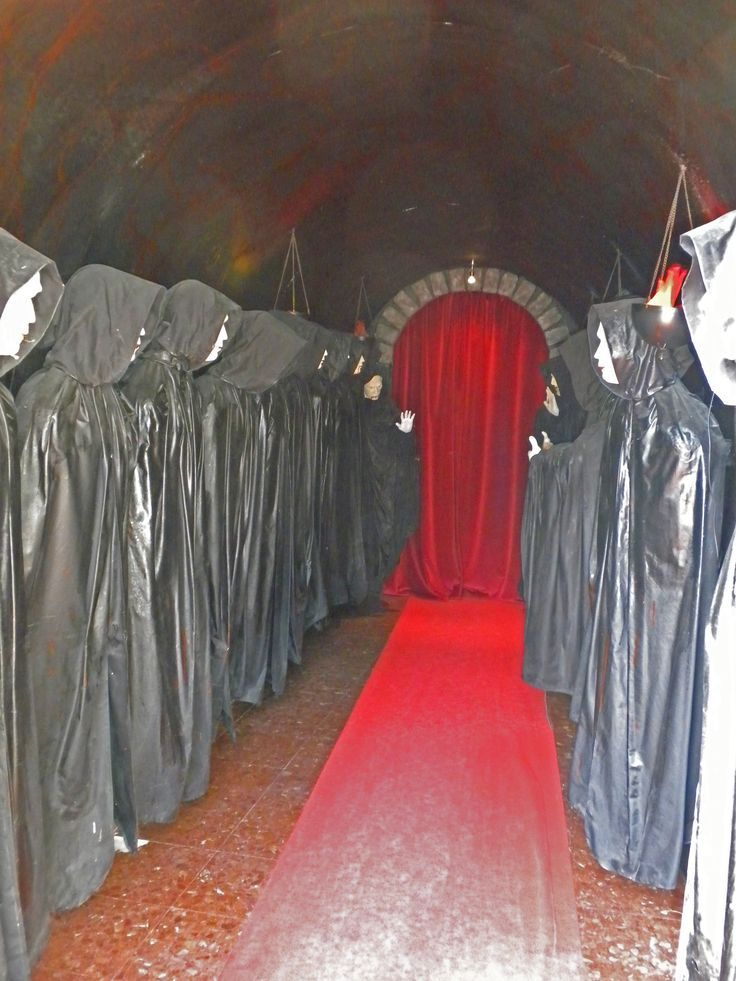 Haunted house hallway ideas for Diy haunted house walls