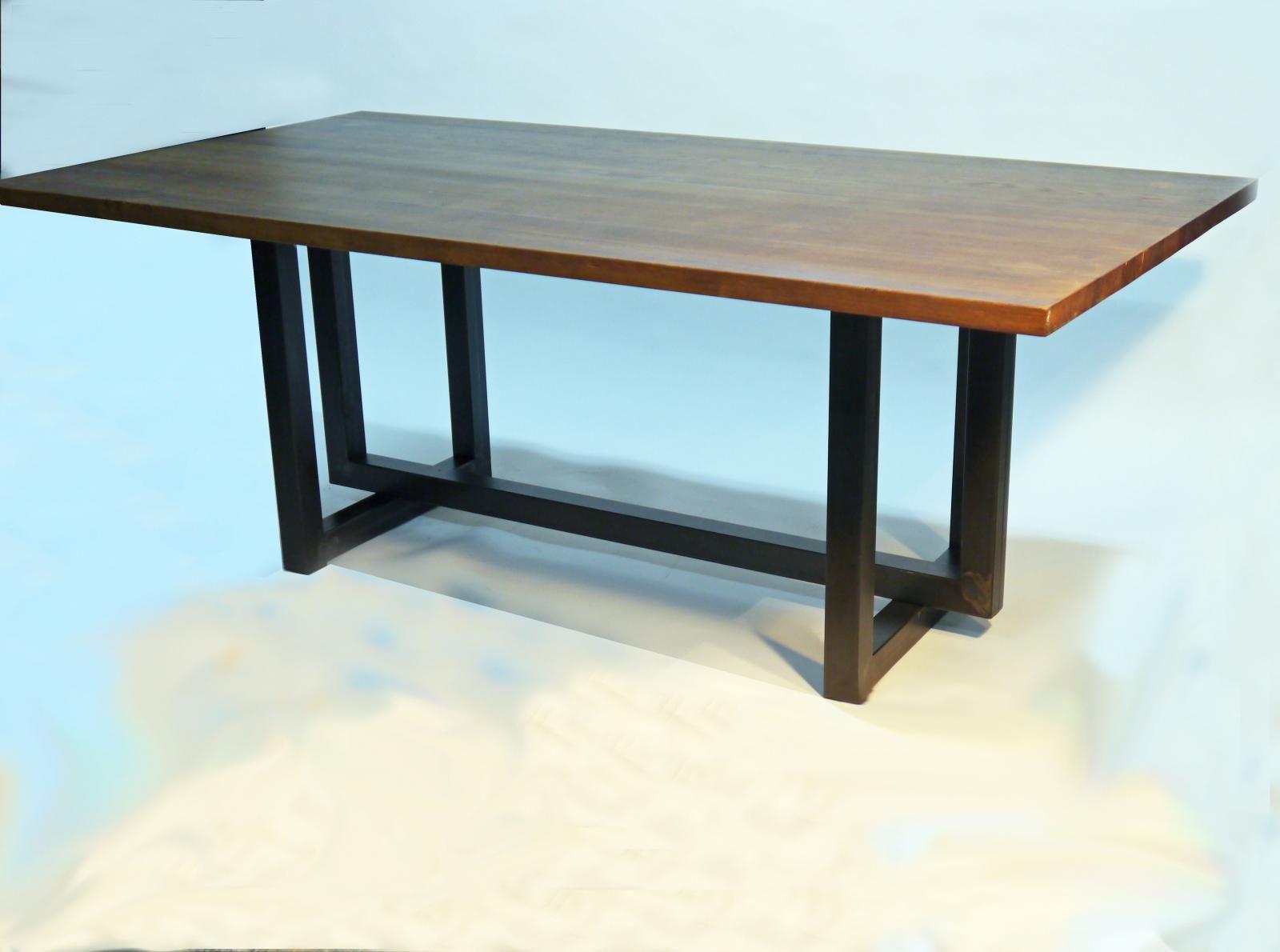 Mesa de comedor Manix estilo industrial con sobre de roble
