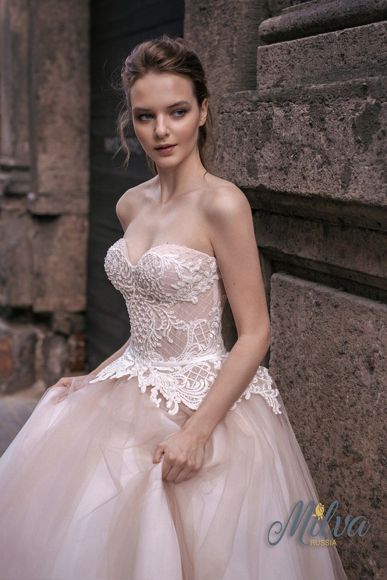 Sleeveless sweetheart neckline blush ball gown wedding dress #wedding #weddingdress #weddinggown #bride