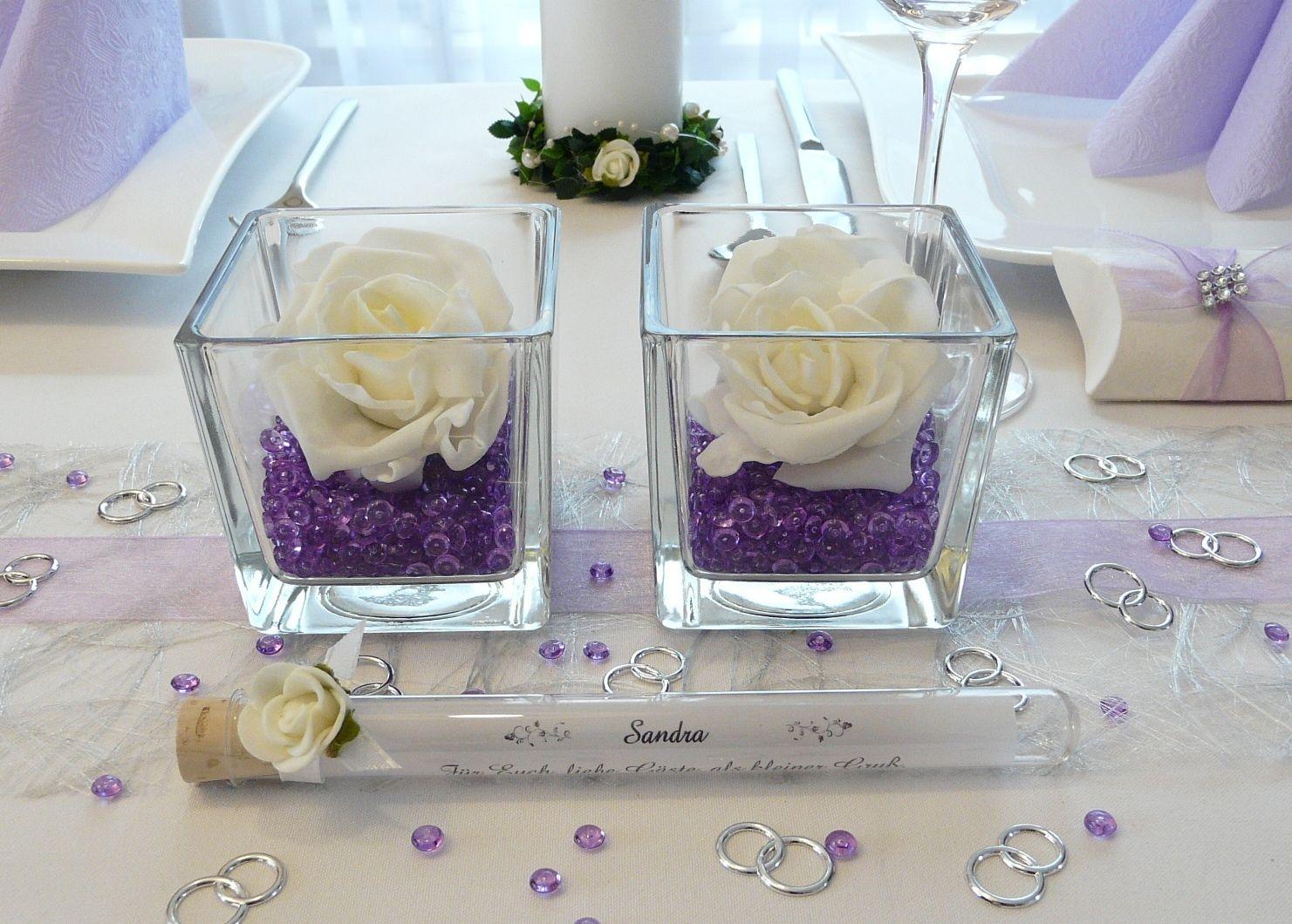 Lila Tische zur Hochzeit  Streudeko und Windlichter unter