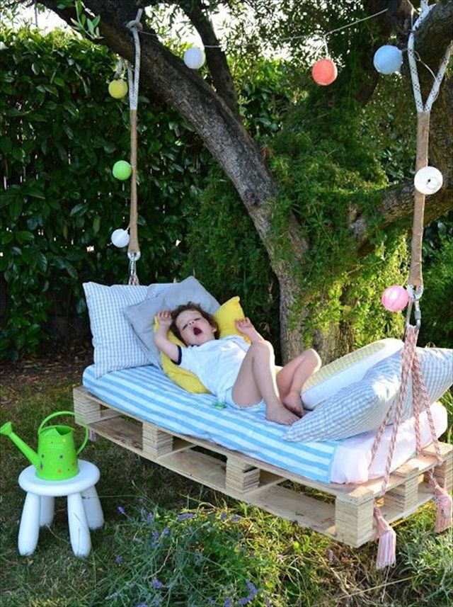 Awesome Outdoor DIY Projects For Kids Gardens Pallet Swing Beds