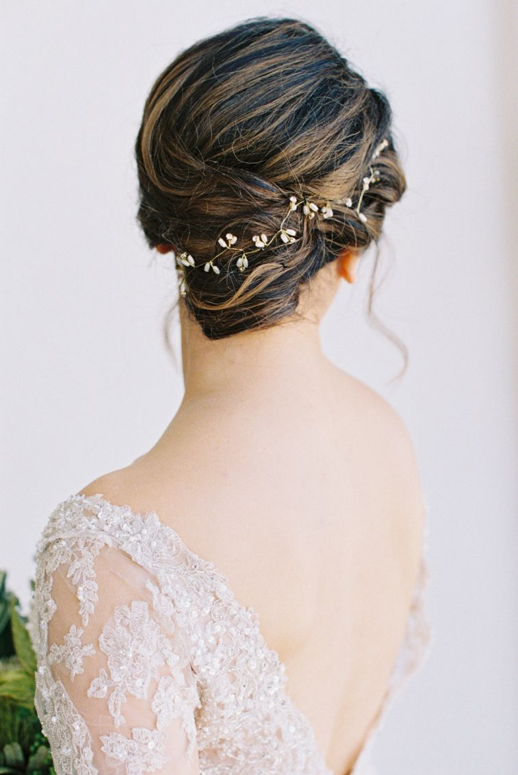 Gorgeous updo bridal hairstyle with head piece #updo #weddinghair
