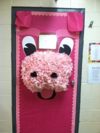 Pig door for the classroom! Love pigs...this is adorable