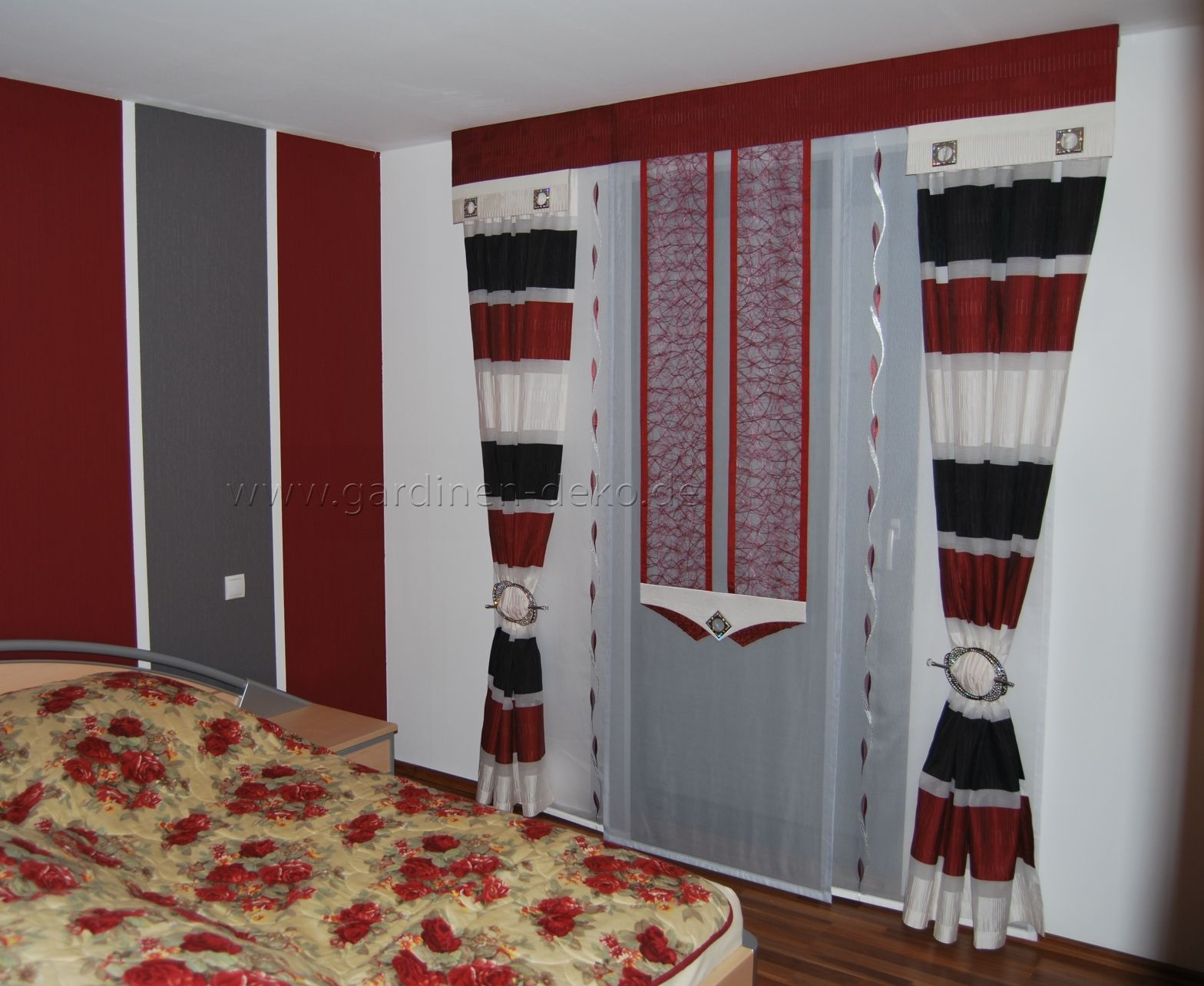 Moderne Schlafzimmer Schiebegardine in rotweischwarz
