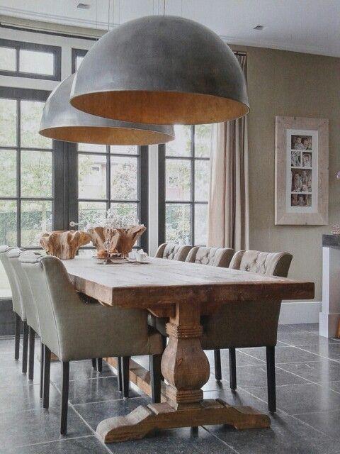 Rustig interieur met enorm grote lampen boven tafel als