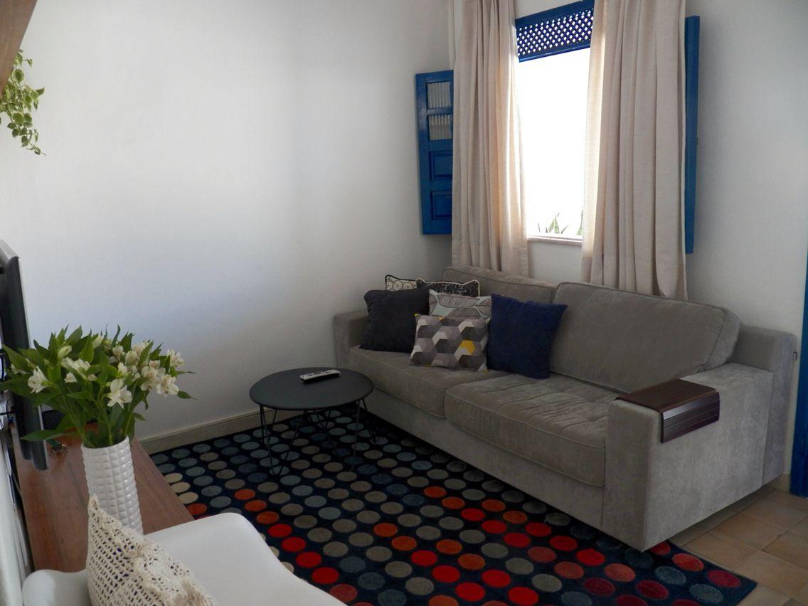 sofa cinza e almofadas coloridas reclining set cheap sala de tv tapete colorido janela azul sofá