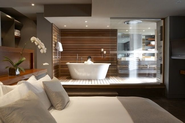 Badkamer in de slaapkamer met verhoogde vloer in hout