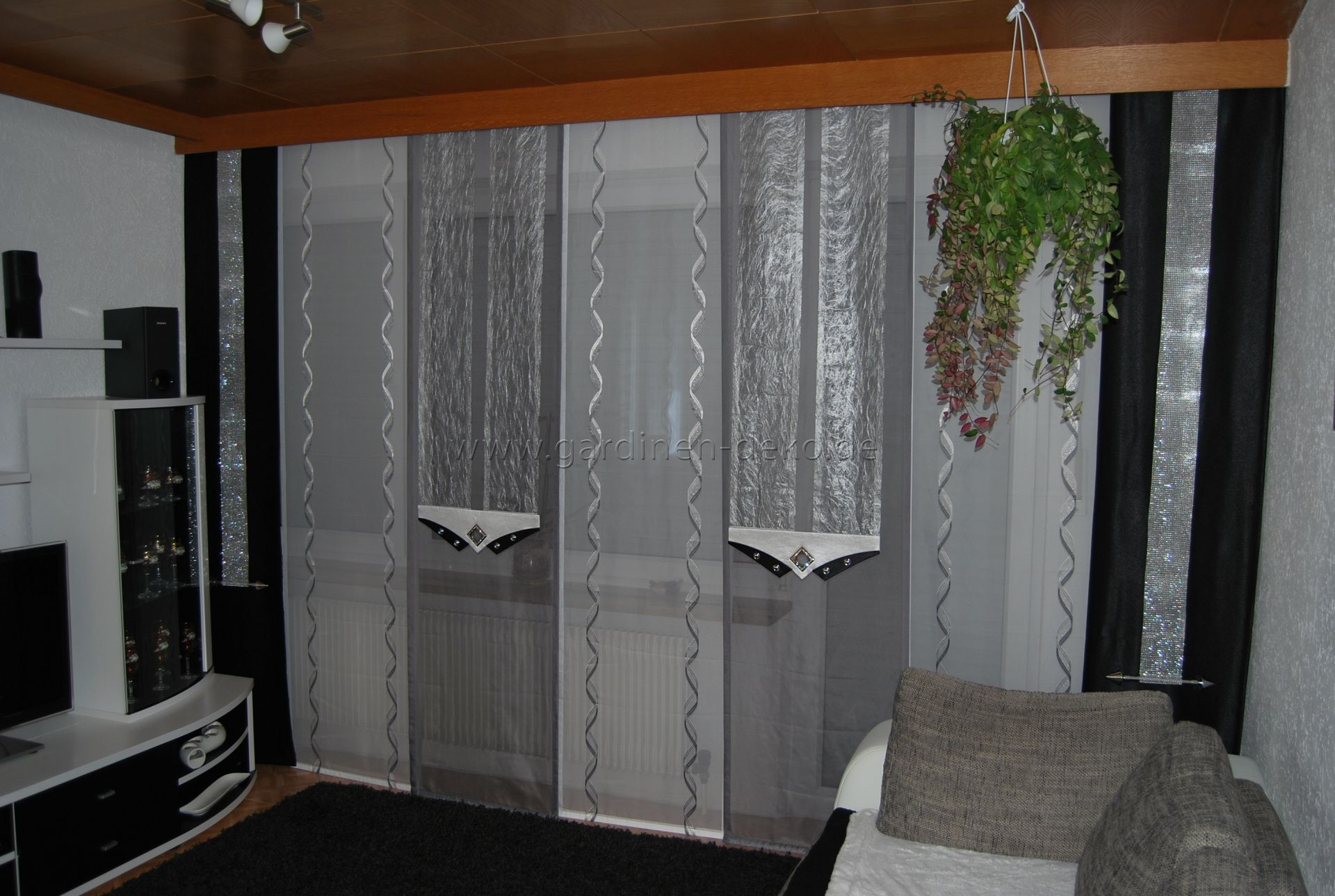 Wohnzimmer Schiebevorhang in wei silber und grau mit dunklen Seitenschals  httpwww
