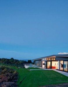 Korora house waiheke island is an architecturally designed set on  ridge in new zealand by architects daniel marshall also dream homes rh nz pinterest