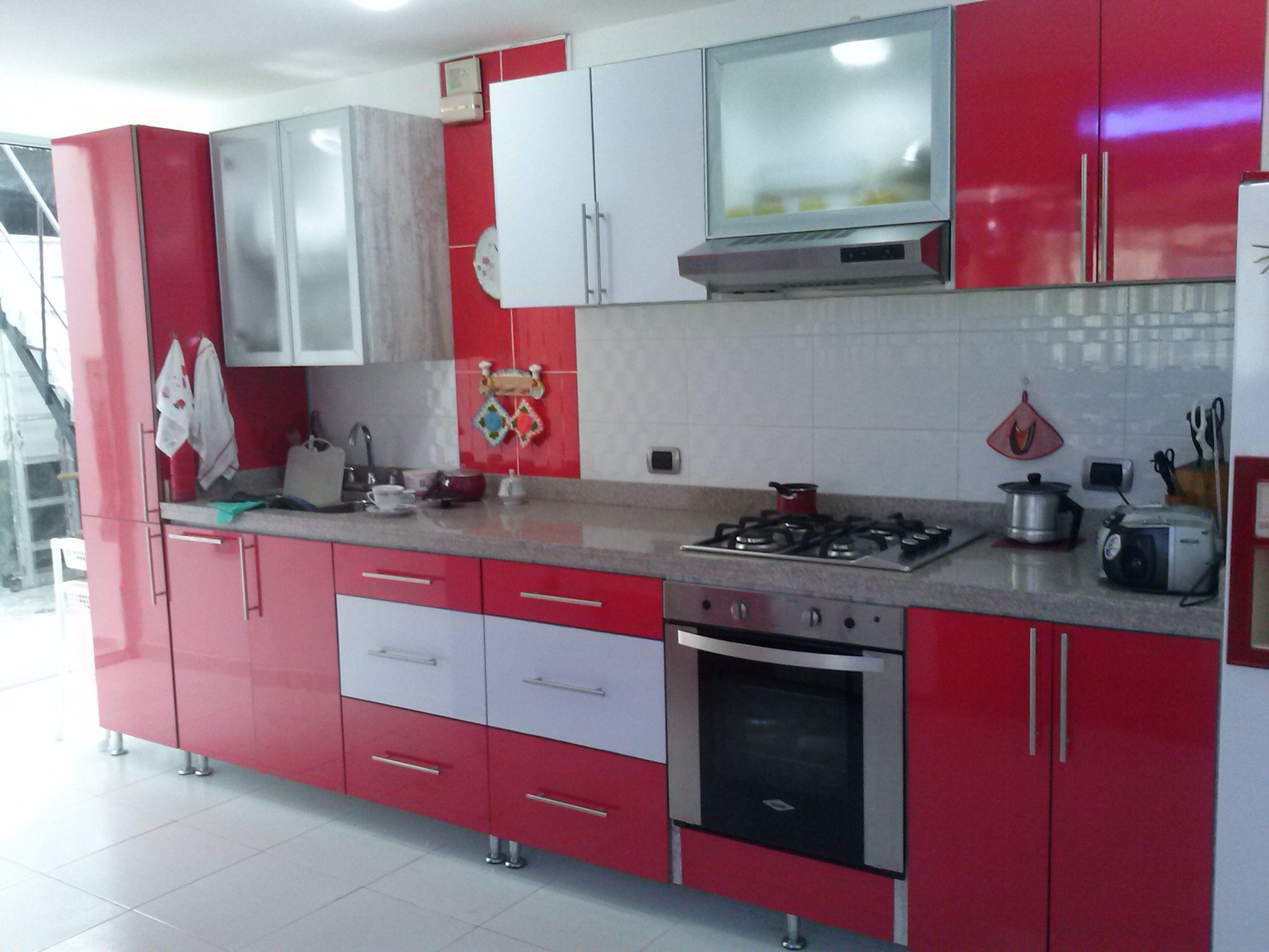 Cocina integral roja con puertas en aluminio y vidrio