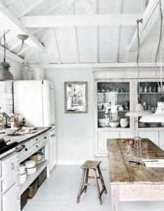 Rustic and white kitchen inspiration design love the plank wood bare also te veel landelijke details maar of de kast lampen rh pinterest