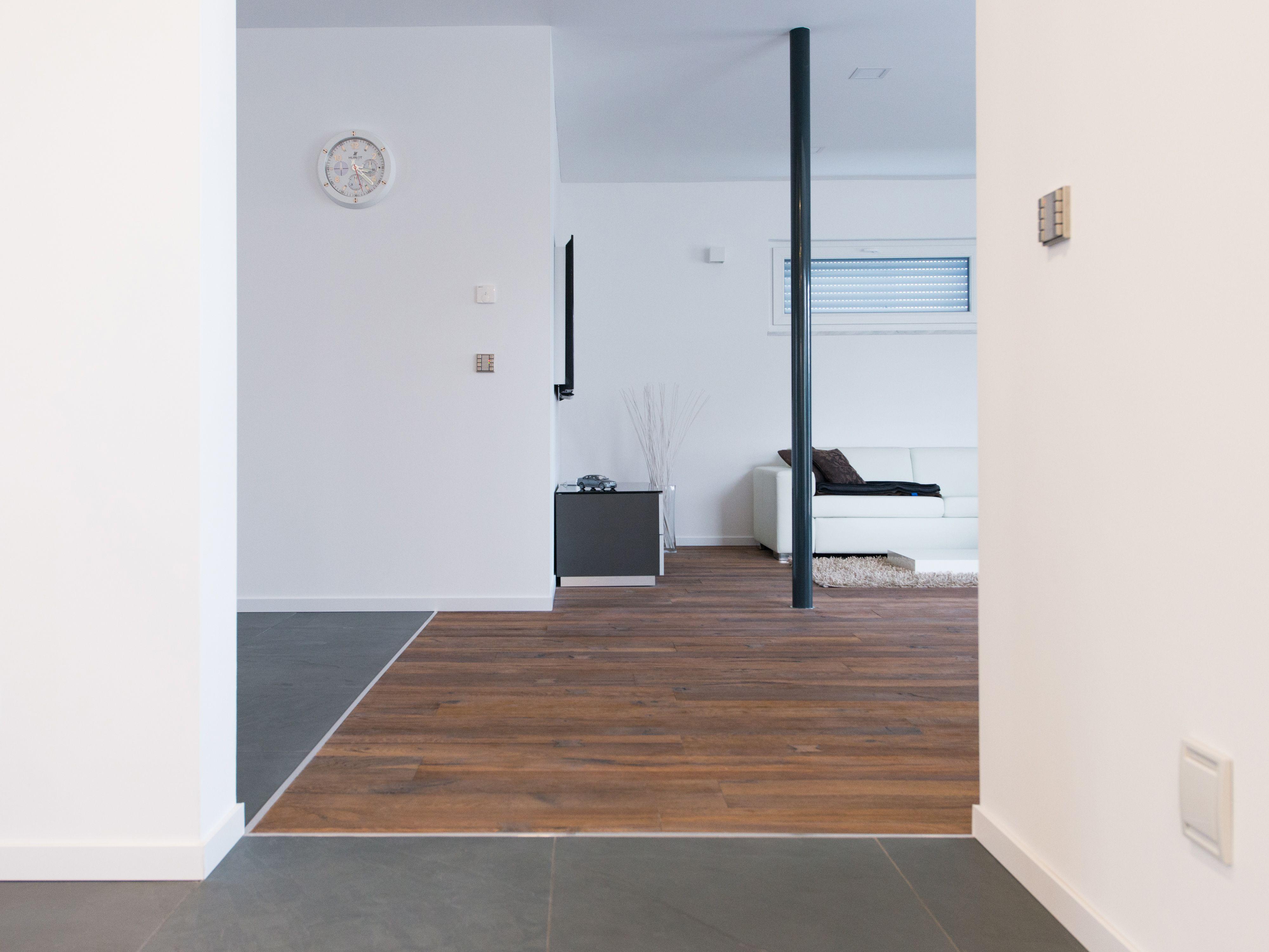 Naturstein küsst Holz: Übergang zwischen Schiefer-Fliesen Grey Slate und Parkettboden