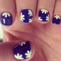 Daisy nail art design