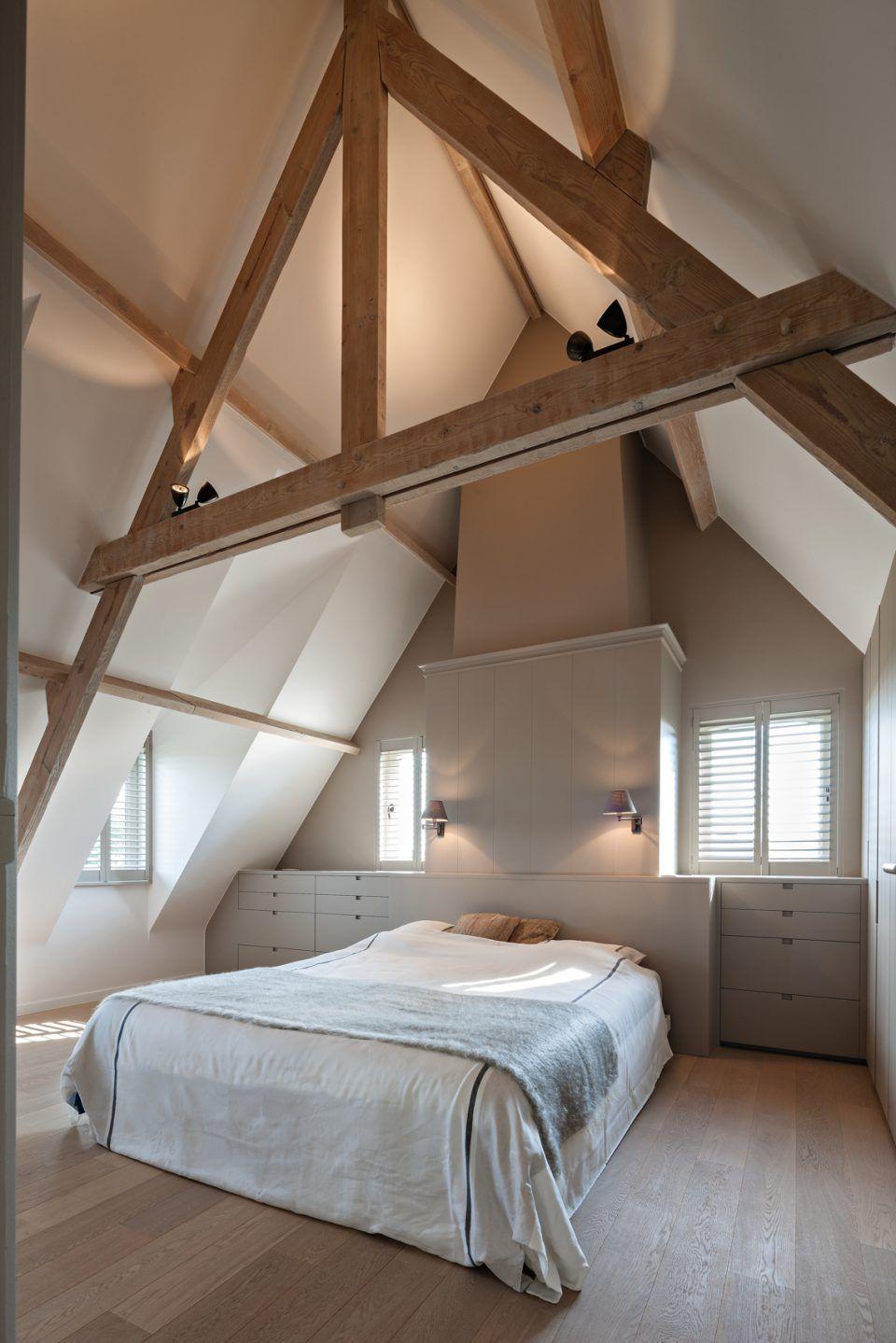 Slaapkamer met houten planken aan het plafond  slaapkamer